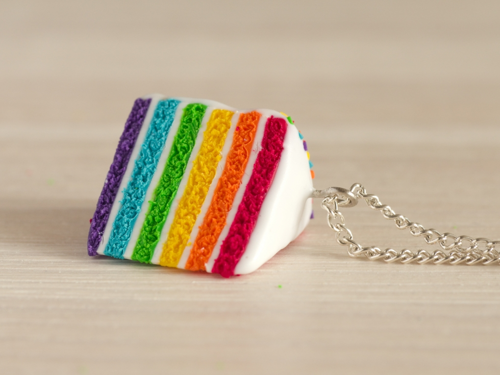 collier fait main le pendentif rainbow cake est model en p te fimo. Black Bedroom Furniture Sets. Home Design Ideas